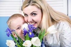 Syn daje jego ukochany matce pięknemu bukietowi tulipany Pojęcie świętowanie, kobieta dzień zdjęcia royalty free