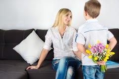 Syn daje jego ukochany matce pięknemu bukietowi tulipany Pojęcie świętowanie, kobiety ` s dzień zdjęcie royalty free