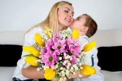 Syn daje jego ukochany matce pięknemu bukietowi tulipany Pojęcie świętowanie, kobiety ` s dzień fotografia royalty free