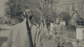 Syn opuszcza jego rodziców domowi dla wojny, strzelający zdjęcie wideo