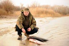 Syn spotyka jego ojca który angażuje w podwodnym polowaniu i nurkuje zdjęcie royalty free