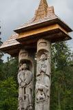Syn und Vyr-Statuen am See Synevyr, Ukraine Stockfotos