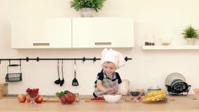 Syn z jego wychowywa kucharzów karmowych w kuchni zdjęcie wideo