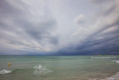 Syna Bou plaża przy południem na clody dniu, południe Minorca, Menorca, Balearic wyspy, Hiszpania Obraz Stock