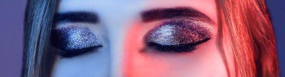 Syna Makeup Falska snärtar Feriemakeupdetalj falska snärtar kvinnan i färgrika ljusa ljus med moderiktigt gör Royaltyfri Fotografi