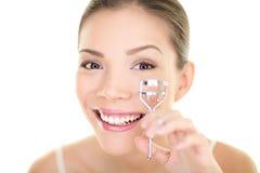 Syna makeupkvinnan som använder ögonfranshårrullen för mascara. Vända mot den asiatiska skönhetflickan för omsorg Royaltyfri Foto