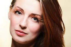 Syna-snärtar för hår för brunt för glamour för flicka för höstkvinna nya royaltyfria bilder