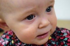 Synade blått behandla som ett barn upp flickan som är nära av ögon Royaltyfri Fotografi