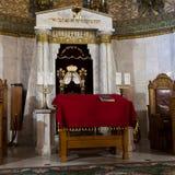 Synagoga in - mellan bönerna var tom färgrikt och högtidligt Arkivbild