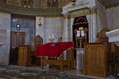 Synagoga in - mellan bönerna var tom färgrikt och högtidligt Royaltyfri Bild