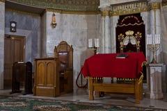 Synagoga in - mellan bönerna var tom färgrikt och solem Arkivbild