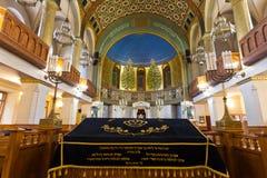 synagoga ställe som läser snirkeln av Torahen Fotografering för Bildbyråer