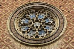 Synagoge有详细的玫瑰华饰窗口的砖墙 库存照片
