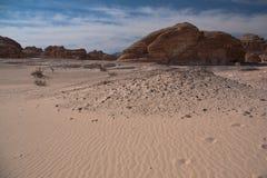 Synaj pustynia z piaskiem i słońcem pod niebieskim niebem w Grudniu Fotografia Stock