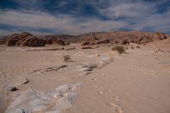 Synaj pustynia z piaskiem i słońcem pod niebieskim niebem w Grudniu Obraz Royalty Free