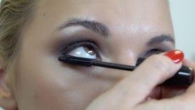 Synar makeup på rökiga ögon för flicka stock video