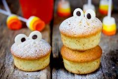 Synar roliga gigantiska muffin för allhelgonaafton med choklad för festki Royaltyfri Bild