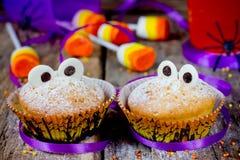 Synar roliga gigantiska muffin för allhelgonaafton med choklad för festki Arkivbilder