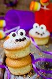 Synar roliga gigantiska muffin för allhelgonaafton med choklad för festki Royaltyfri Foto