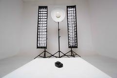 Synchronisationsvorrichtung auf einem weißen Würfel Stockbilder