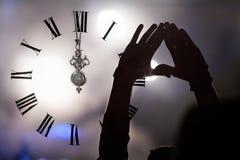 Synchronisez près du minuit, et serrez la nouvelle année de attente Photo libre de droits
