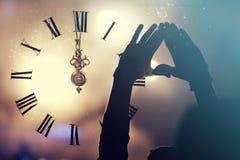 Synchronisez près du minuit, et serrez la nouvelle année de attente Images stock