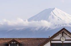 Synchronisez qu'horloge de ` des marques cinq o avec la crête neigeuse du mont Fuji, Japon à l'arrière-plan image stock