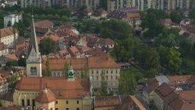 Synchronisez sur la tour d'église antique dans la ville européenne, conservation de patrimoine culturel banque de vidéos