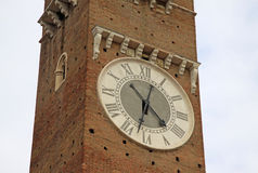 Synchronisez sur la tour de Lamberti sur le delle Erbe de Piazza à Vérone, Italie Images libres de droits