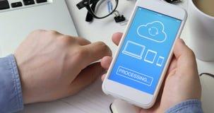 Synchronisieren der Datei auf allen Geräten unter Verwendung des Smartphone stock footage