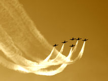 Synchronisierter Teamflug V Stockfotografie