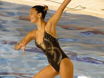 Synchronisiertes Schwimmermädchen im Turnier Lizenzfreie Stockfotografie