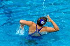 Synchronizująca Pływania Dziewczyny Tana Poza   Zdjęcie Stock