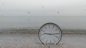 Synchronizuje pojęcia tło, Ścienny zegar w piasku, mężczyzna ` s ręka, Denni frajery zdjęcie wideo