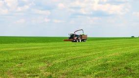 Syndykata żniwiarz kosi zielonej trawy bydło karmy przygotowanie zbiory