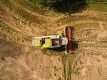 Syndykata żniwiarz - widok z lotu ptaka nowożytny syndykata żniwiarz przy zbierać banatki na złotym pszenicznym polu w lecie Zdjęcia Stock