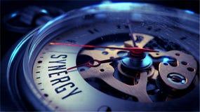 Synergie auf Taschen-Uhr-Gesicht Setzen Sie Zeit Konzeptes fest Wenden Sie getrennt auf weißem Hintergrund ein Stockfoto