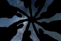 synergy Os trabalhos de equipa juntam-se ao conceito do apoio das mãos junto Céu nocturno Foto de Stock