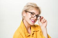 Synf?rm?ga och ?gonh?lsa Bra vision Högkvalitativ lins trendigt glas?gon Förtjusande blont kläderglasögon för kvinna royaltyfria bilder
