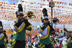 Synkroniseringstrumpetare spelar på gatan under den årliga mässingsmusikbandutställningen Fotografering för Bildbyråer