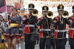 Synkroniseringstrumpetare spelar på gatan under den årliga mässingsmusikbandutställningen Arkivbilder