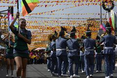 Synkroniseringstrumpetare spelar på gatan under den årliga mässingsmusikbandutställningen Royaltyfri Foto