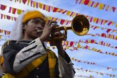 Synkroniseringstrumpetare spelar på gatan under den årliga mässingsmusikbandutställningen Royaltyfri Bild