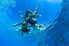 Synkroniseringsundervattens- dans för badflickor Royaltyfri Fotografi