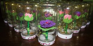 Syntetiska handgjorda blommor Arkivbilder