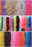 Syntetiska wigs i olika färger Royaltyfri Foto