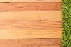 Syntetyczna zielona trawa i drewniana ściana, naturalny tło Zdjęcie Royalty Free