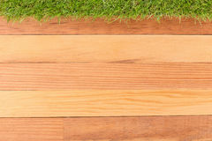 Syntetyczna zielona trawa i drewniana ściana, naturalny tło Fotografia Royalty Free