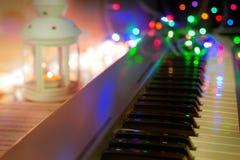 syntetyk, pianino, pianino wpisuje zakończenie, zamazany tło, kolorowy bokeh, instrumenty muzyczni, nowy rok, boże narodzenia, bo Zdjęcia Stock