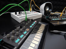 Synthétiseur analogue multiple sur le fond noir Photos libres de droits